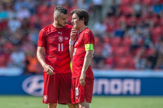 Porada mezi Tomášem Rosickým (vpravo) a Danielem Pudilem během zápasu s Koreou.
