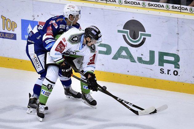 Patrik Koch z Brna (vlevo) a mladoboleslavský útočník Martin Látal v zápase 16. kola hokejové Tipsport extraligy.
