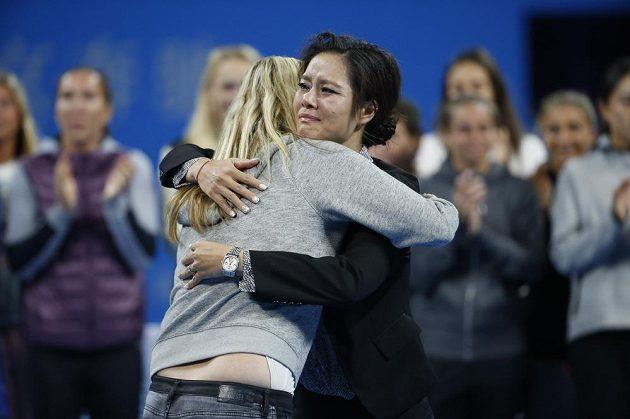 Číňanka Li Na (vpravo)a Petra Kvitová při slavnostní rozlučce čínské hráčky s kariérou.