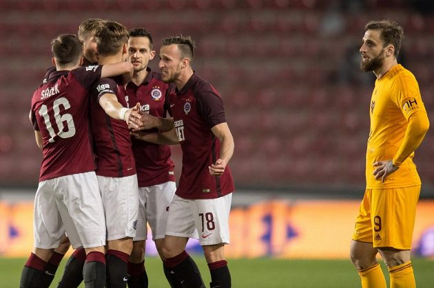 Fotbalisté Sparty oslavují Šuralův gól na 1:0 v utkání 19. ligového kola proti Dukle.