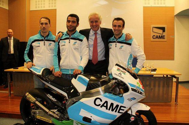 Zleva Lukáš Pešek, Danilo Petrucci, šéf stáje IodaRacing Giampiero Sacchi a jezdec Moto2 Johann Zarco při slavnostní prezentaci v Trevisu.