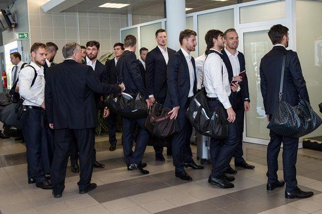 Hokejisté čekají na Terminálu 3 v Praze na odbavení.