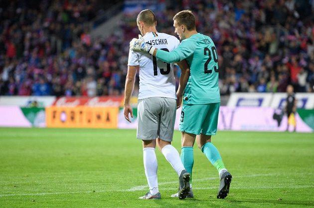 Sparťanský brankář Milan Heča konejší nešťastného zadáka Davida Lischku, jehož hrubá chyba pomohla Plzni k vítěznému gólu.