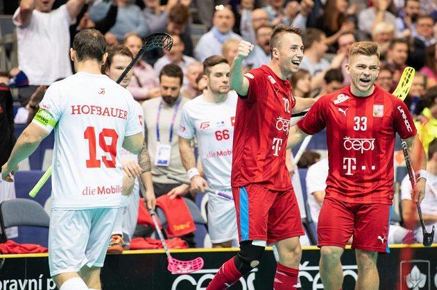Adam Delong (uprostřed) a Martin Pražan oslavují gól během utkání v základní skupině