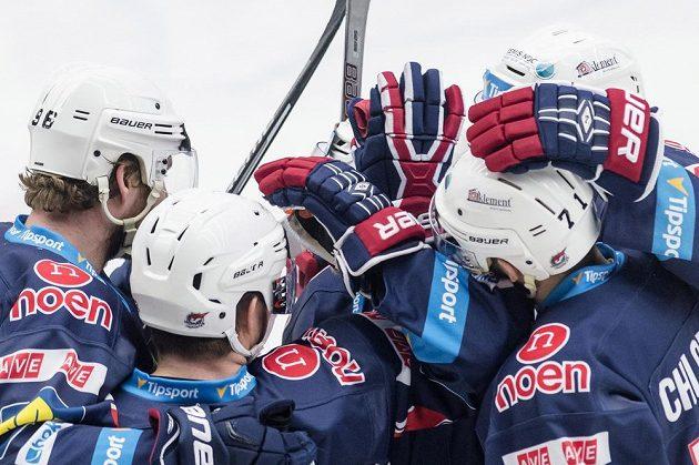 Hráči Chomutova slaví gól na ledě Hradce Králové.