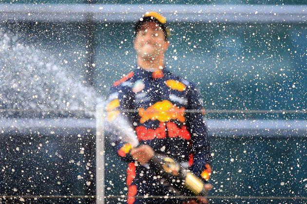 Vítěz čínské GP Daniel Ricciardo (druhý zprava) z Red Bullu oslavuje svůj triumf.