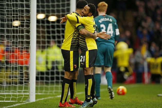 Troy Deeney a Ikechi Anya oslavují gól do sítě Liverpoolu.