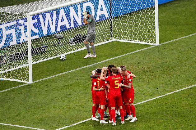 Belgičtí fotbalisté se radují z druhého gólu proti Panamě.