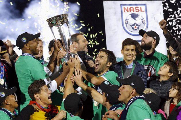 Raúl González (uprostřed) drží se spoluhráčem Marcosem Sennou (vlevo) pohár pro vítěze NASL.