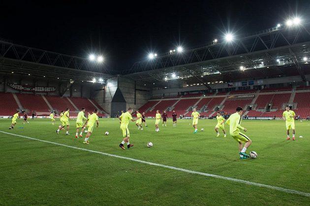 Fotbalisté Sparty Praha během předzápasového tréninku.