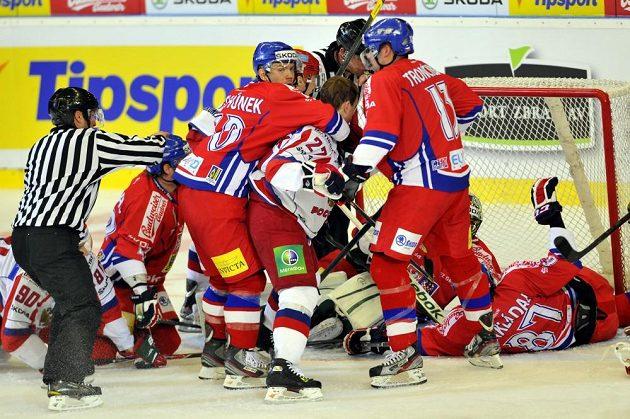 Čeští obránci čistí v utkání s Ruskem prostor před brankářem Salákem.