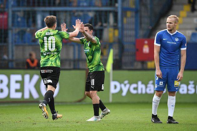 Hráči Plzně Milan Petržela a Jan Kopic se radují z třetí branky proti Liberci. Vpravo zklamaný obránce Liberce Jan Mikula.