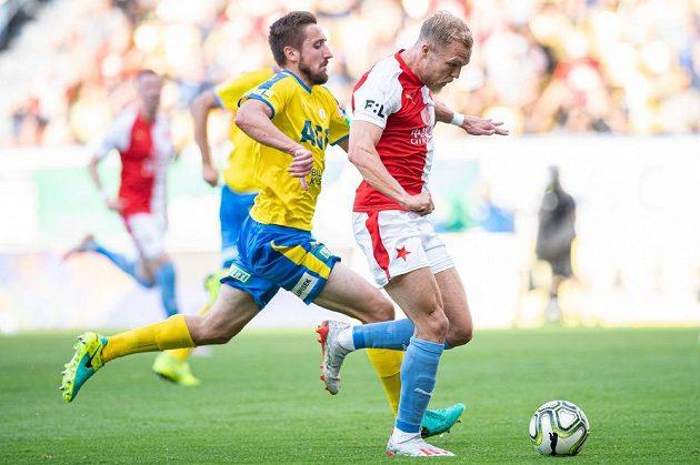 Mick van Buren ze Slavie před vstřelením gólu na 2:0 v Teplicích.