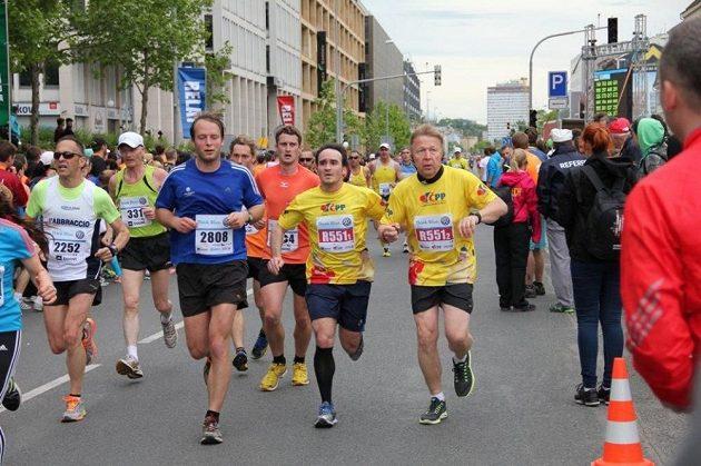 Štafetový závod v pražských ulicích.
