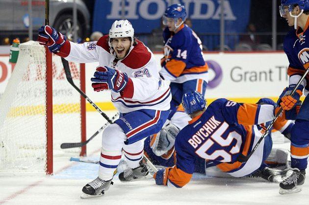 Křídelník Montrealu Phillip Danault jásá poté, co překonal brankáře New York Islanders Thomase Greisse.