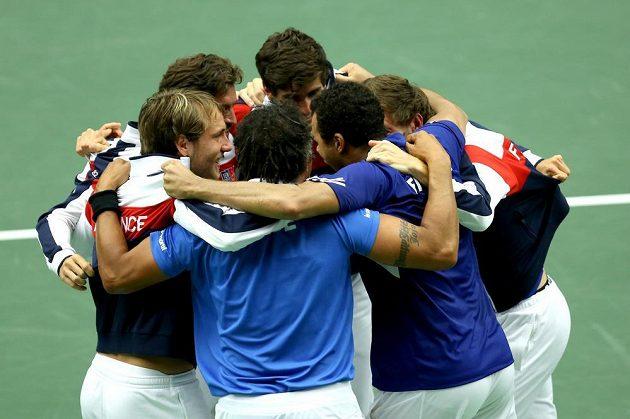 Francouzi slaví výhru nad Českem ve čtvrtfinále Davisova poháru.