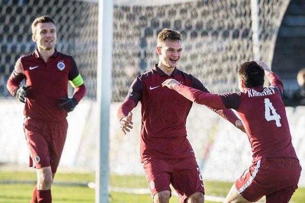 Fotbalisté Sparty Praha Matěj Pulkrab a Vjačeslav Karavajev oslavují gól na 2:0 v Hradci Králové.