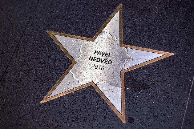 Pokřtěná hvězda Pavla Nedvěda v sídle FAČR.