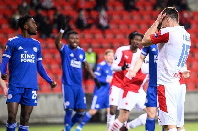 Ondřej Kúdela ze Slavie Praha po neproměněné šanci během utkání Evropské Ligy s Leicesterem City.