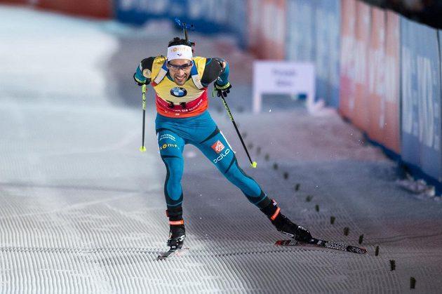 Martin Fourcade finišuje během sprintu mužů v Novém Městě na Moravě.