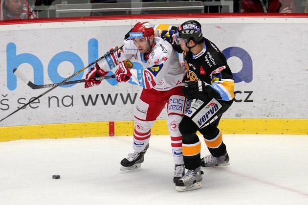 Třinecký útočník Vladimír Svačina (vlevo) v souboji s litvínovským obráncem Tomášem Frolem v utkání 21. kola Tipsport extraligy.