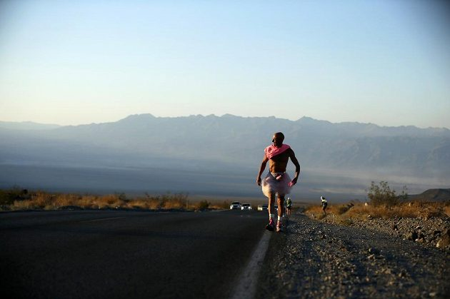 Osmapadestálietý Keith Straw na trase ultramartónu Badwater.