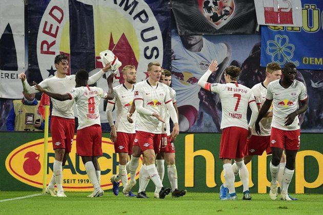 Fotbalisté Lipska slaví další výhru. V jejich dresu opět zářil český útočník Patrik Schick (úplně vlevo)