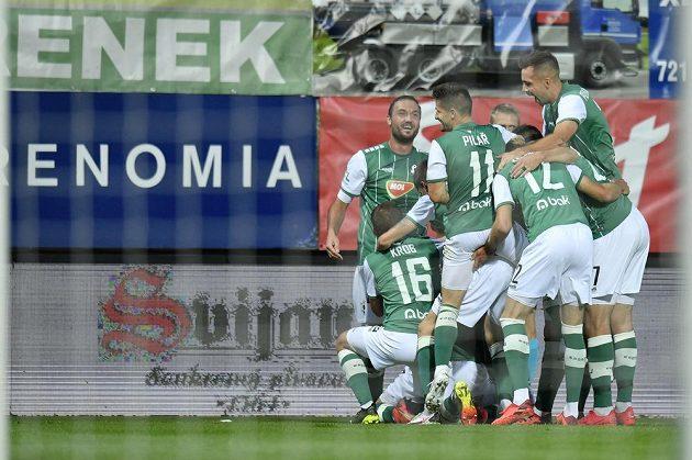 Hráči Jablonce se radují z prvního gólu.