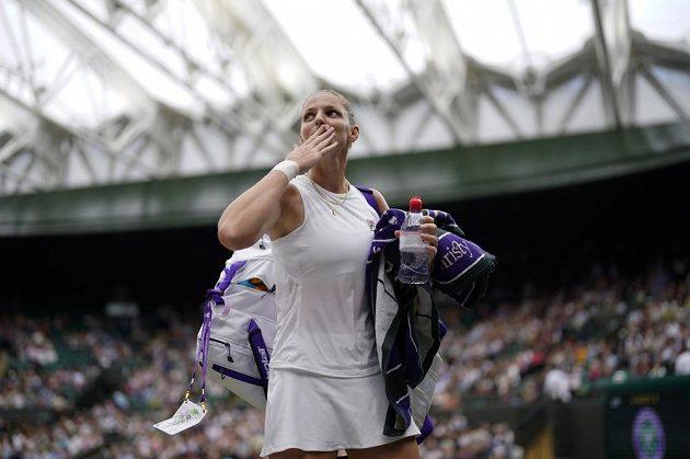 Karolína Plíšková posílá pusu jako poděkování divákům za podporu během čtvrtfinálového zápasu ve Wimbledonu.