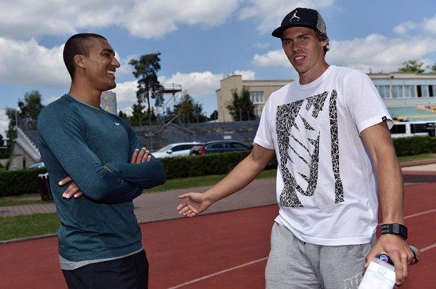 Světový rekordman v desetiboji Ashton Eaton (vlevo) a český desetibojař Adam Sebastian Helcelet na atletickém stadiónu v Kladně.