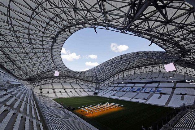 Pohled z horních řad na Stade Vélodrome v Marseille.