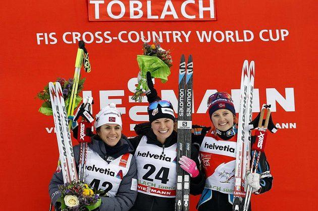 Páteční stupně vítězů po závodě na 5 km volnou technikou. Heidi Wengová z Norska (vlevo) skončila na druhém místě. V sobotu ale už zvítězila.