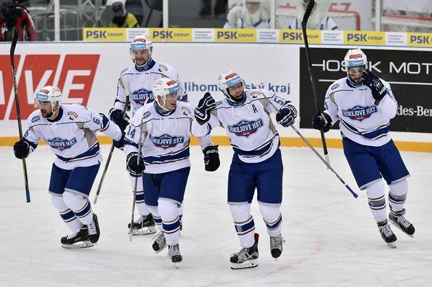 Hokejisté Komety slaví gól proti Plzni v zápase pod širým nebem.