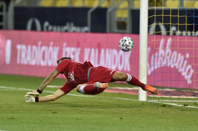 Brankář Dunajské Stredy Martin Jedlička inkasuje v duelu s Jabloncem gól z penalty.