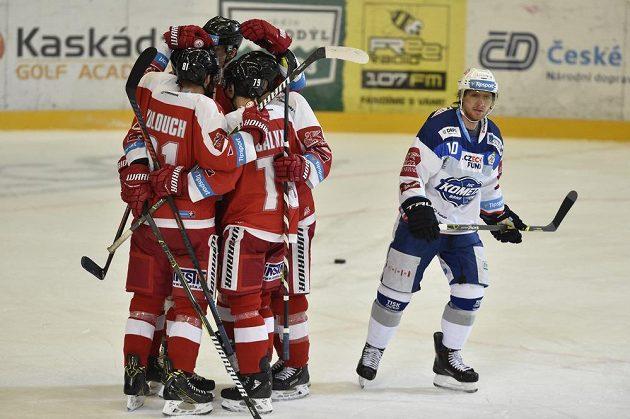 Hráči Olomouce se radují z vyrovnávacího gólu, vpravo je Martin Erat z Brna.