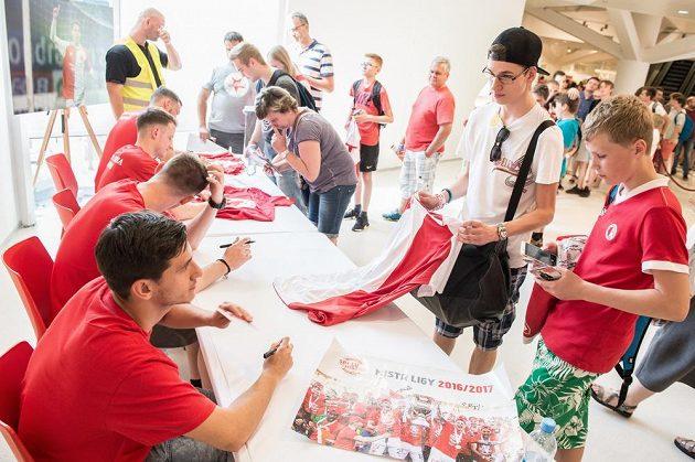 Ruslan Mingazov během autogramiády nových fotbalových mistrů ze Slavie Praha. Na podpisy stála dlouhá fronta.