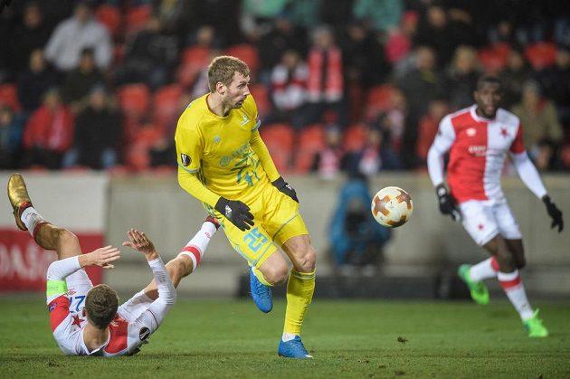 Tomáš Necid ze Slavie padá, míč kontroluje Sergej Malij z Astany.