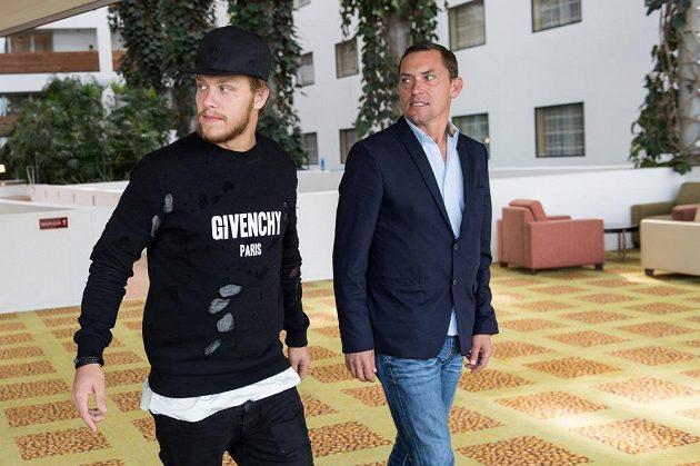 Hokejista David Pastrňák (vlevo) a jeho agent Aleš Volek před odletem na tréninkový kemp do Bostonu.