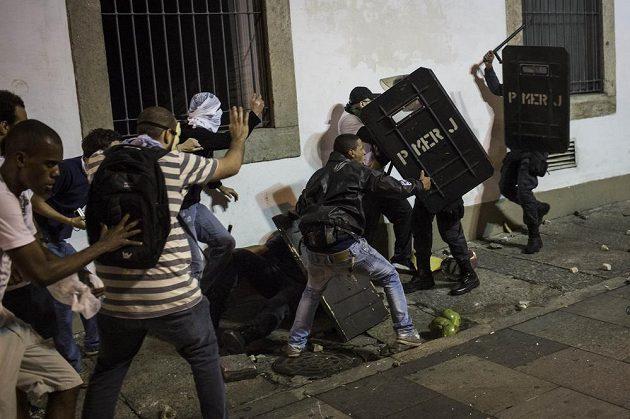 Demonstranti se bijí s policií v ulicích Rio de Janeira.