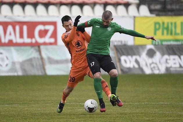 Zleva Dominik Janošek z Mladé Boleslavi a Jan Rezek z Příbrami během utkání nejvyšší soutěže.