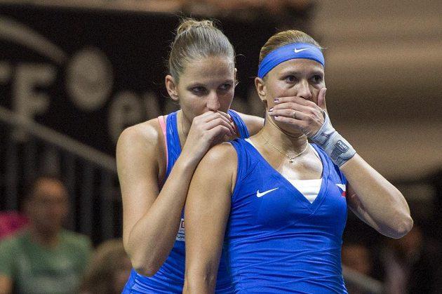 A teď to pošleme... Taktická miniporada Karolíny Plíškové (vlevo) a Lucie Hradecké při duelu s párem Hingisová, Golubicová.