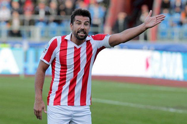 Milan Baroš z Baníku Ostrava diskutuje s čárovým rozhodčím.