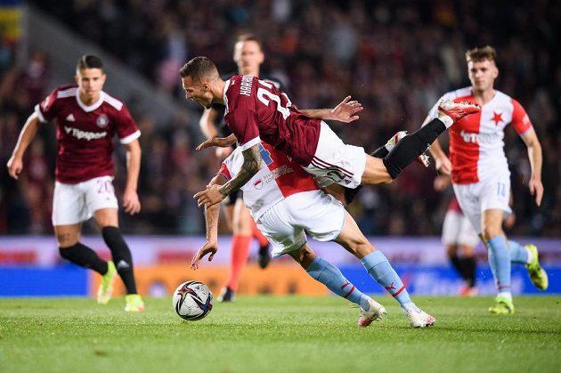 Klíčový moment derby. Lukáš Haraslín ze Sparty padá po faulou Aihama Ousoua ze Slavie, který bude vyloučen.