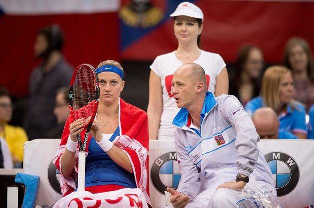 Česká tenistka Petra Kvitová a kapitán Petr Pála v prvním zápase s Anastasijou Pavljučenkovou ve finále Fed Cupu v Praze.