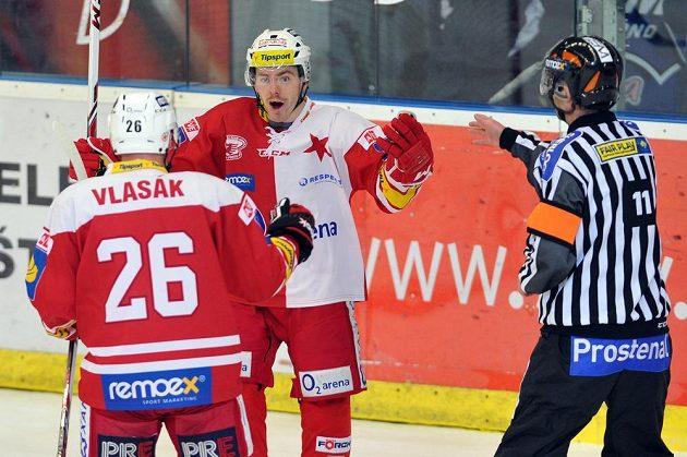 Jakub Sklenář ze Slavie se raduje z gólu, který vstřelil na ledě Komety Brno.