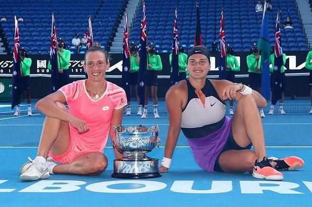 Vítězný debl (zleva) Elise Mertensová a Aryna Sabalenková s trofejí.