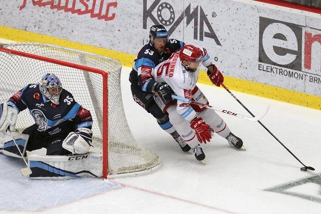 Brankář Liberce Roman Will, Jaroslav Vlach z Liberce, Tomáš Marcinko z Třince v akci během finále hokejové extraligy.