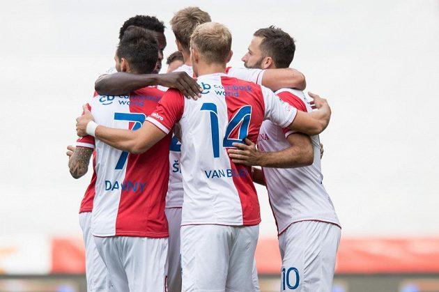 Fotbalisté Slavie oslavují vedoucí gól proti Jihlavě.