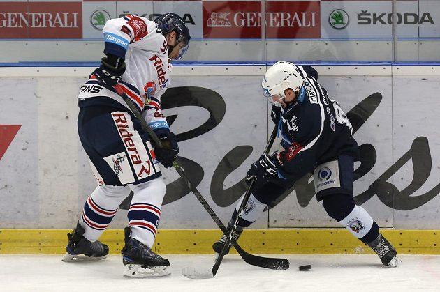 Rostislav Olesz z Vítkovic a Petr Kodýtek z Plzně v akci během extraligového utkání.