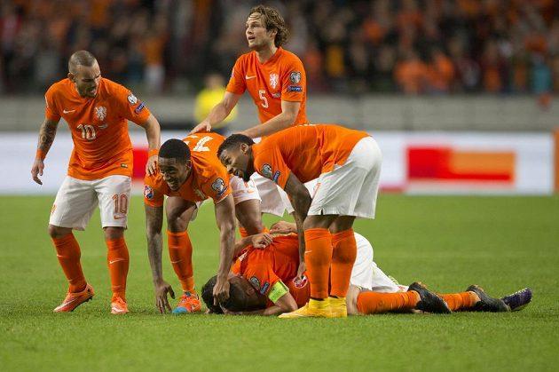 Nizozemští fotbalisté se radují z vítězství 3:1 nad Kazachstánem.